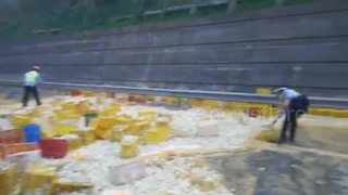 Lorry overturns in China spreading 100,000 eggs across highway - Video