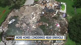 Florida sinkhole draws neighbors checking out progress - Video