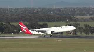 Qantas Plane With New Logo Makes Debut Landing at Melbourne Airport - Video