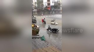 Typhoon Damrey batters Vietnam - Video