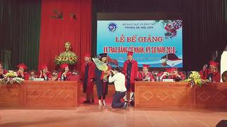 Lecturer proposes to former student at graduation ceremony - Video