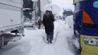 Hundreds of Vehicles Trapped on Highway by Thick Snow in Japan's Fukui Prefecture - Video