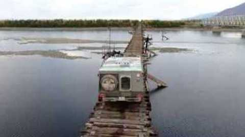 Tourist Risks His Life and His Car Crossing the Vitim River