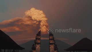 Stunning timelapse of Bali volcano erupting seen through temple gates - Video
