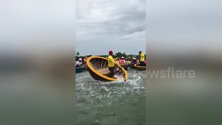 Tour guide uses basket boat to perform dance routine - Video