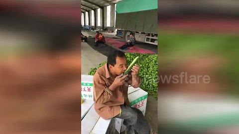 Human cucumber peeler wows Chinese market-goers