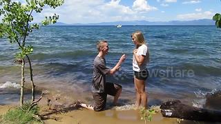 Romantic Guy Surprises Girlfriend With Proposal While Taking Photo - Video