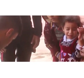 Iraqi Forces Treat Wounded Child After Artillery Shelling in Captured Mosul Neighborhood - Video