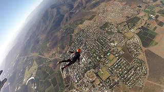 Skydiver forced to cut off parachute after scary malfunction - Video