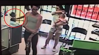 Quick-Acting Mom Saves Child From Attempted Kidnapping - Video