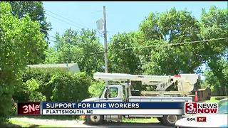 Volleyball team helps out utility linemen - Video