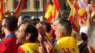 Crowds Sing 'Viva Espana' as Hundreds of Thousands Gather in Barcelona - Video