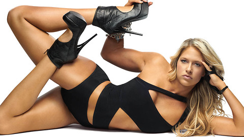 WWE Star Kelly Kelly is Flexible As Hell, and Her DMs Are Open for Business | Fumble Fox