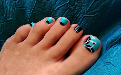 Gorgeous and easy to do baby blue floral toenail art