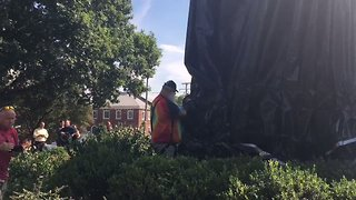 Man Cuts Off Shroud Covering Robert E. Lee Statue in Charlottesville - Video