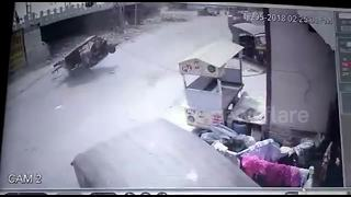 Lucky escape after electricity pole falls on tuk tuk - Video