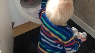 Adorable moment boy can't close washing machine door - Video