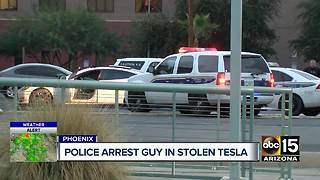 Police arrest a man who stole a Tesla in Phoenix - Video