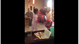 Fearless twin girls engage in epic boxing match - Video