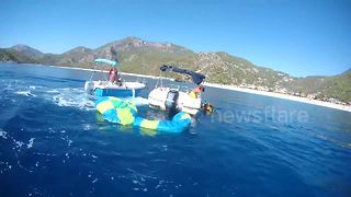 Tourists rescue crashed paraglider during Turkish Air Games - Video