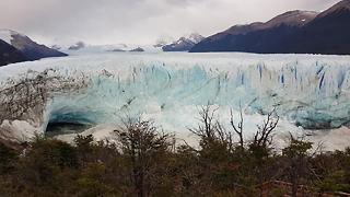 Tourists witness Patagonian glacier collapsing