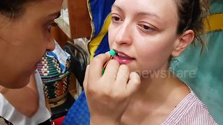 'Magic' green lipstick turns red when applied on lips - Video