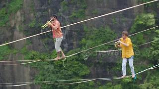 French slackliners perform concert above 1,400m-high cliffs - Video
