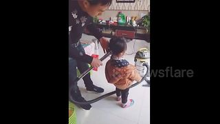 Dad creates cute ponytail on daughter with vacuum cleaner - Video