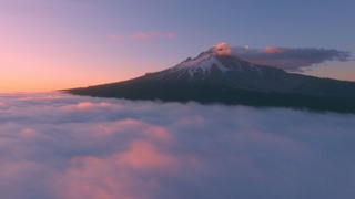 Explore breathtaking scenery above Oregon clouds - Video