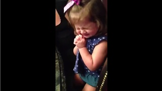 Toddler's contagious laugh results in heartwarming moment - Video