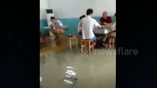 People remain in flooded house to play mahjong - Video