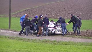 Rally spectators push Porsche out of ditch - Video