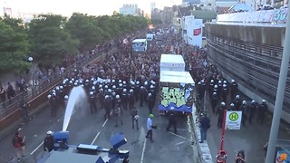 Police Turn Water Cannon on #WelcomeToHell G20 Protesters - Video