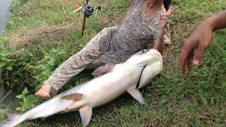 You will be surprised at how this woman's fishing  - Video