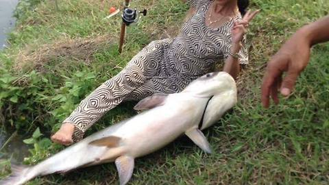 You will be surprised at how this woman's fishing