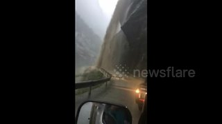 Powerful mudslides block China roads - Video
