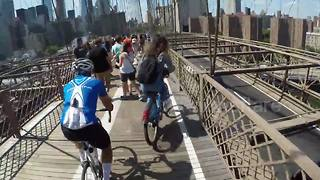 Cyclist sings to clear Brooklyn Bridge bike lane - Video