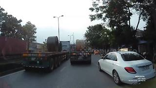 Moment giant rolls of steel destroy truck cab on busy road in Vietnam - Video