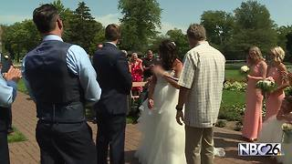 Wisconsin couple gets married during solar eclipse - Video