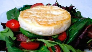 How to: Mixed green salad topped with camembert cheese - Video