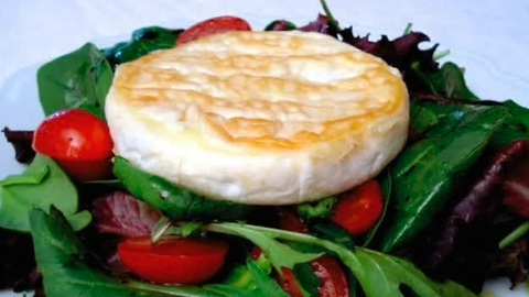 How to: Mixed green salad topped with camembert cheese