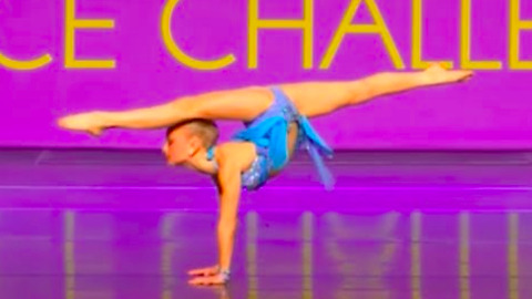 Amazingly Flexible Young Dancer Amazes Crowd