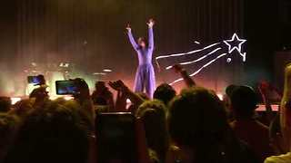 Lorde Fans Sing 'Happy Birthday' During Concert As She Turns 21 - Video