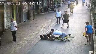 Police officer pushes alleged thief off bicycle - Video