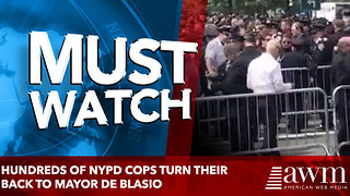Hundreds of NYPD cops turn their back to Mayor De Blasio - Video