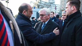 German, Italian Foreign Ministers Lay Flowers at Berlin Vigil - Video