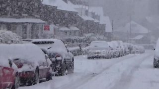 Peak District town cut off by heavy snow - Video