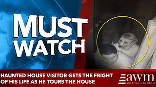 Haunted house visitor gets the fright of his life as he tours the room - Video