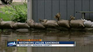 Neighbors utilize sandbags in Silver Lake - Video