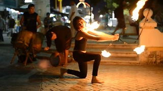 Street performer shows off stunning fire dance - Video